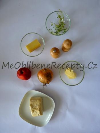 Kousky s karamelizovanou cibulí a jablky na listovém těstě