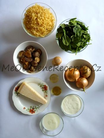 Smetanové těstoviny s karamelizovanou cibulí, hřiby a špenátem