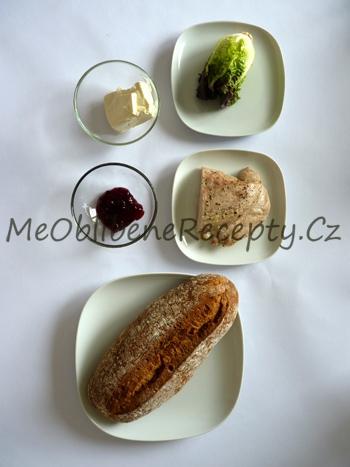 Sendvič s pečeným krůtím masem a brusinkami