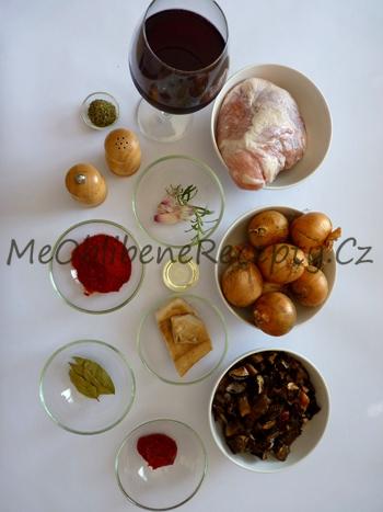 Pečený vepřový guláš na víně a houbách