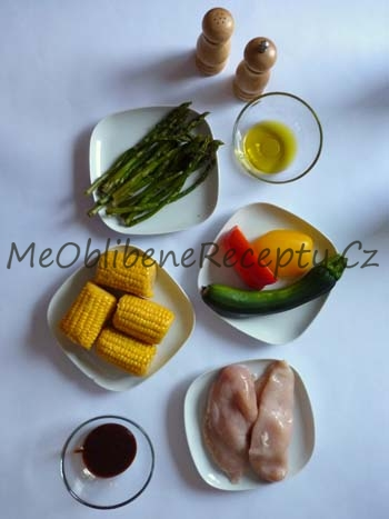 Grilované balíčky s kuřecím masem a zeleninou