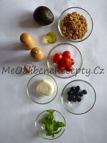 Těstovinový salát s avokádem a olivami