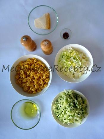 Pikantní těstoviny s cuketou a pórkem