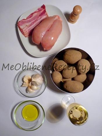 Kuřecí s kostí na víně se slaninou a pečenými brambory