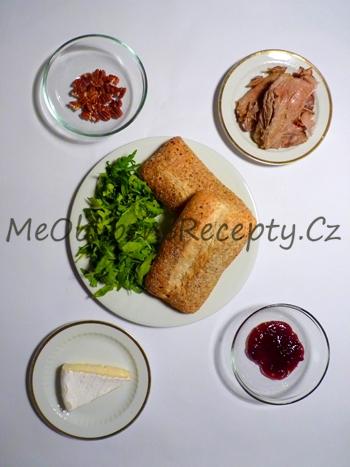 Sendvič s krůtím masem, sýrem a rukolou